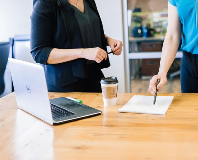 Zwei Frauen besprechen gemeinsam Lösungen